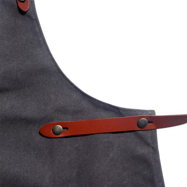 """Pirategrills Grillschürze aus Segeltuch """"Logo Pirategrills"""" grau Seitenriemen"""
